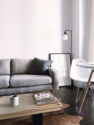 Drewno, biel, szarość i proste dodatki. Wnętrze z Instagrama dla każdego.