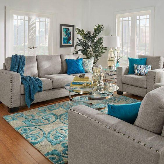 turkusowe poduszki ożywiają salon